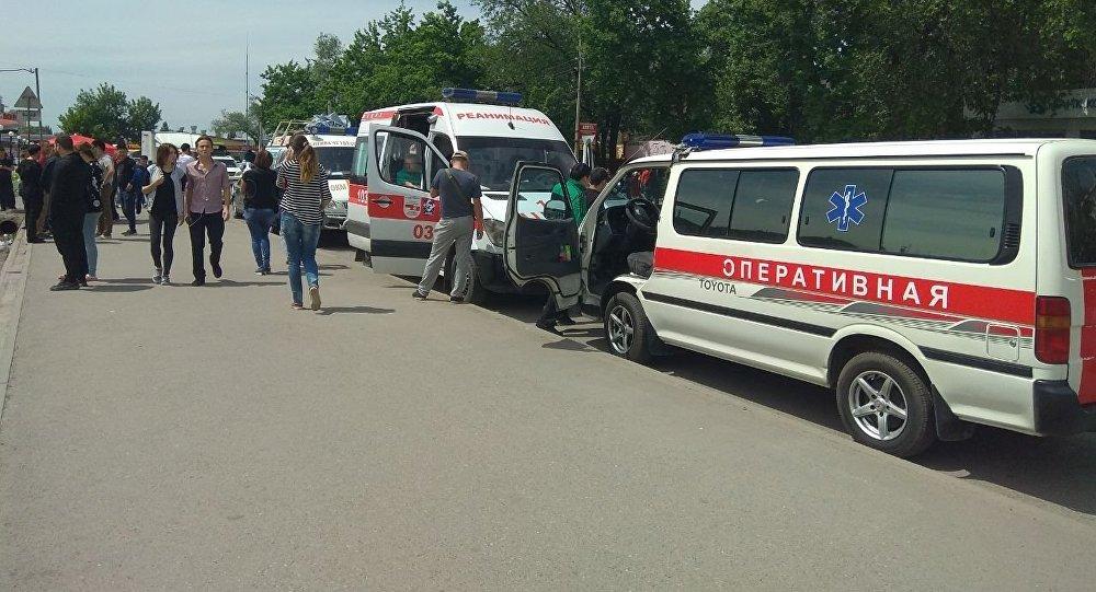 Кареты скорой помощи около Орто-Сайского рынка в Бишкеке, где было сообщение о заложенной бомбе