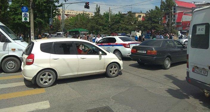 Орто-Сайский рынок в Бишкеке оцеплен со всех сторон после сообщения о заложенном взрывном устройстве
