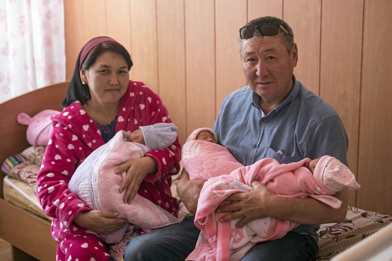 45-летняя бишкекчанка Чынара Исманова, которая родила тройню с мужем