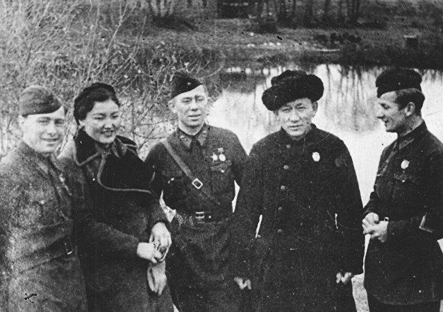 СССРдин эл артисттери Сайра Кийизбаева менен Муса Баетов. Архив