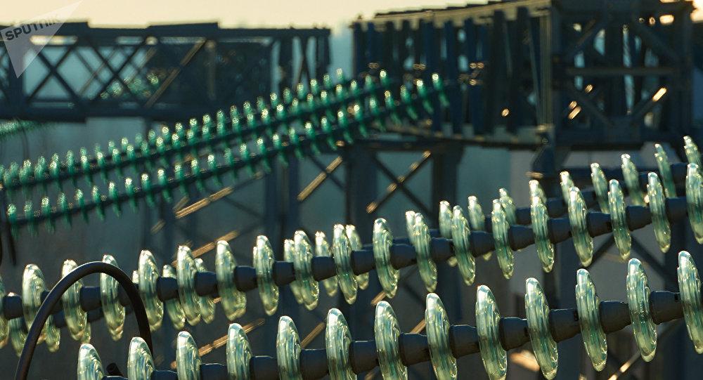 Блоки изоляторов на электростанции. Архивное фото