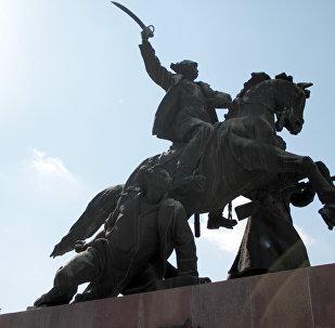 Памятник Буденому. Легендарное место встречи «Под яйцами». Местные студенты ввели традицию красить причинное место коня на пасху.