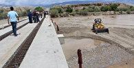 Нарын облусунун Ак-Талаа районунда урап калып, кайра оңдолуп жаткан көпүрө