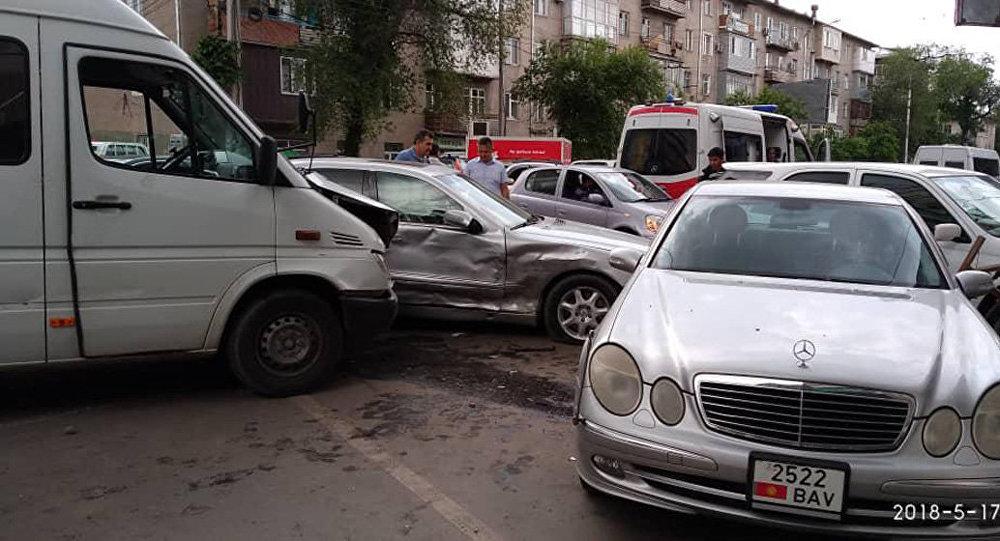 Борбор калаадагы Бишкек парк соода борборунун жанында №224 каттамдагы маршрутка токтотуучу жайга кирип бара жаткан Mercedes-Benz автоунаасын сүзгөн.