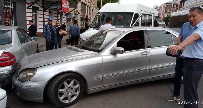 От удара легковое авто отбросило на другие припаркованные машины. Всего в ДТП по вине водителя микроавтобуса пострадало 4 авто.