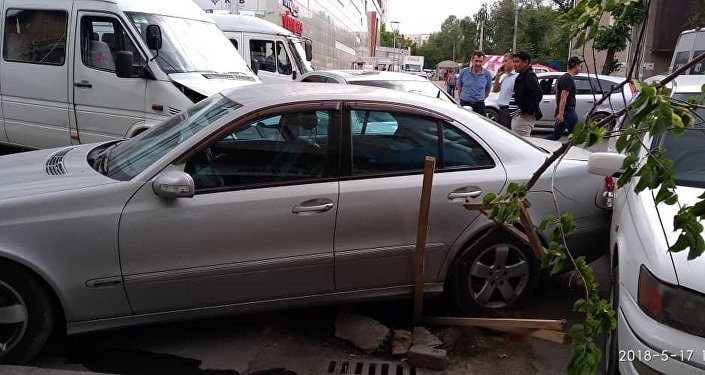 В Бишкеке напротив ТРЦ Бишкек парк микроавтобус 224 маршрута врезался в автомобиль Mercedes-Benz