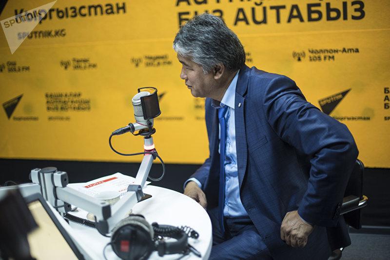 Драматург Султан Раев взял интервью у главного редактора НТС Миржана Балыбаева в студии Sputnik Кыргызстан