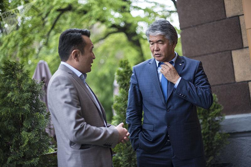 Драматург Султан Раев во время интервью с главным редактором НТС Миржаном Балыбаевым