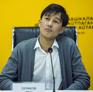19-летний кыргызстанский певец Абай Сериков в мультимедийном пресс-центре Sputnik Кыргызстан