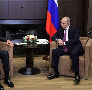 Президент РФ Владимир Путин и президент Сирии Башар Асад (слева) во время встречи.