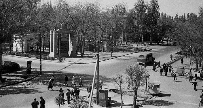 Пересечение улиц Дзержинского и Сталина у кинотеатра Ала-Тоо в городе Фрунзе, 1950 год