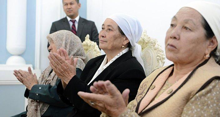 Салтанаттуу аземде президент Кыргызстанды эл аралык аренада татыктуу тааныткан жана өлкөнүн ар тараптуу өнүгүүсүнө зор салым кошуп келе жаткан уул-кыздардын ата-энелери да отурганын айтып, алкыш баракчаларын тапшырган
