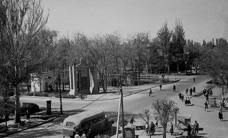 Площадь у кинотеатра Ала-Тоо в городе Фрунзе. 1947 год