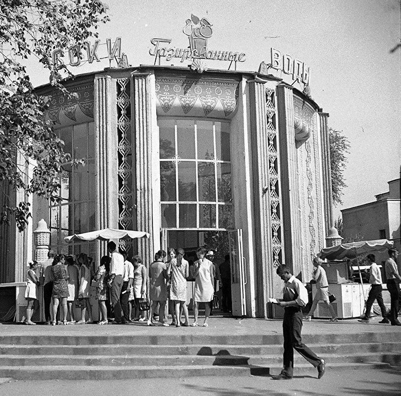 Павильон Соки, газированные воды у кинотеатра Ала-Тоо в городе Фрунзе