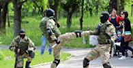 В Бишкеке в парке имени Даира Асанова на Аллее пограничной славы в четверг, 17 мая, прошла военно-патриотическая акция с участием учеников нескольких лицеев и средних школ столицы