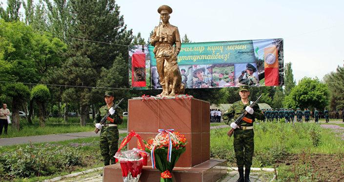 Военно-патриотическая акция с участием учеников нескольких лицеев и школ Бишкека