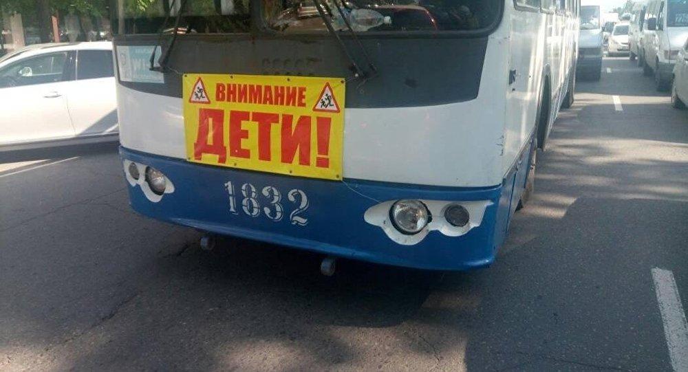 В Бишкеке на часть общественного транспорта прикрепили предупредительные плакаты Осторожно, дети! и Внимание, дети!