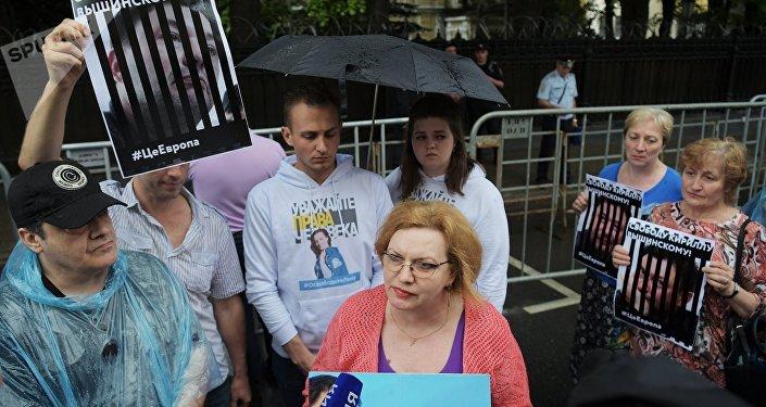 Москвадагы Украина элчилигинин алдына РИА Новости жана РИА Новости Украина агенттиктеринин мыйзамсыз кармалып, суракка алынган журналисттерин колдогондор митингге чыгышты
