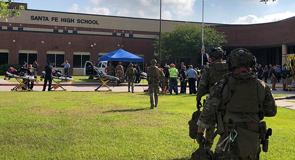 Сотрудники правоохранительных органов на месте стрельбы в пригородной школе Хьюстона (штат Техас). 18 мая 2018 года