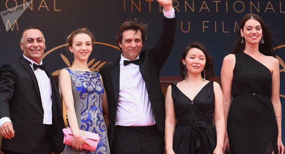Режиссер Сергей Дворцевой (в центре) с дочерью Вероникой Дворцевой (слева) и актриса Самал Еслямова (вторая справа) на красной дорожке премьеры фильма Айка (Ayka). Архивное фото