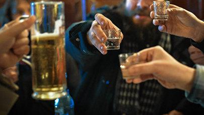 Мужчины распивают алкоголь. Архивное фото