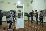 Гапар Айтиев атындагы музейдин көрүүчүлөрү. Архивдик сүрөт