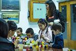 Дети во время рисования. Архивное фото