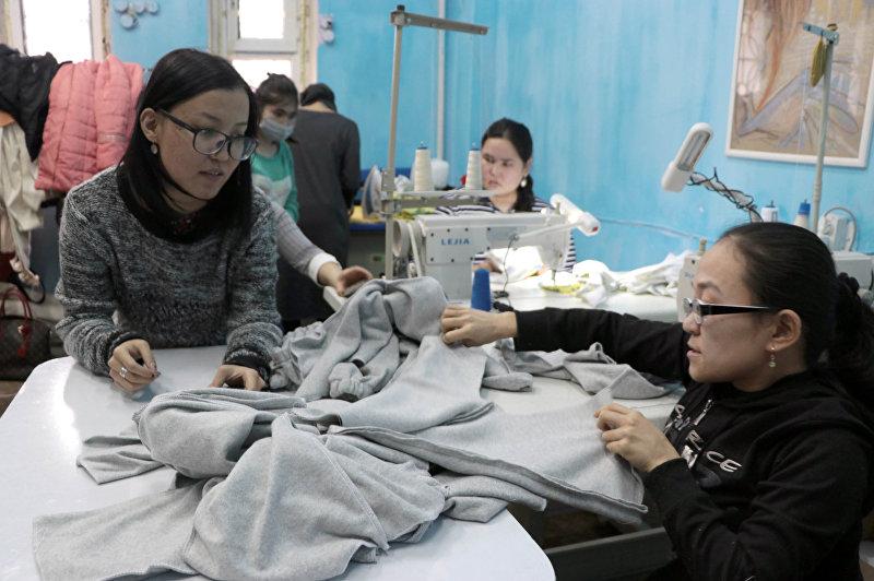 Дизайнер и активист Укей Мураталиева на швейном цехе