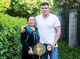 Кыргызстанский боец ММА в тяжелом весе Тилек Жээнбеков с матерью