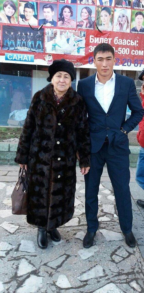 Кыргызстандын эң мыкты көк бөрүчүсү Манас Ниязов апасы Айсалкын Эсенбаева менен
