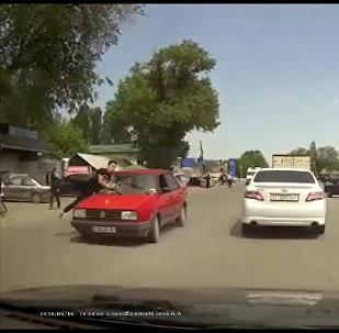 В Сокулуке мужчина перебегал дорогу и попал под колеса авто — видео