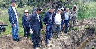 Өзгөчө кырдаалдар министри Нурболот Мирзахмедов Жалал-Абад облусунун аймагына болгон иш сапарынын алкагында Аксы районундагы кооптуу аймактар менен таанышууда