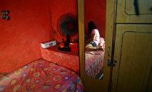 Девушка в комнате. Архивное фото