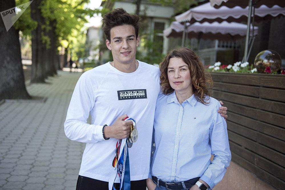 Олимпиада оюндарынын катышуучусу, суучул Денис Петрашов апасы Елена Пивоварова менен