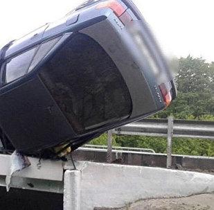 Жол кырсыгынын кесепетинен Audi 80 жолдон чыгып кетип көпүрөгө илинип калган