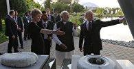 21 мая 2018. Президент РФ Владимир Путин и премьер-министр Республики Индии Нарендра Моди (в центре) во время посещения образовательного центра Сириус