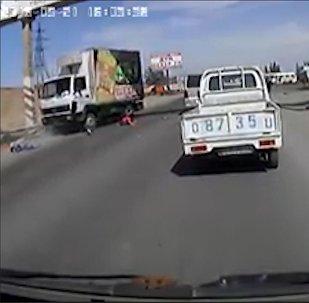 Грузовик сбил двоих детей возле Бишкека — момент наезда попал на видео