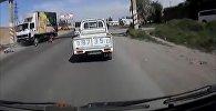 Бишкектин четинде жүк ташуучу унаа эки баланы коюп кетти. Кырсыктын видеосу