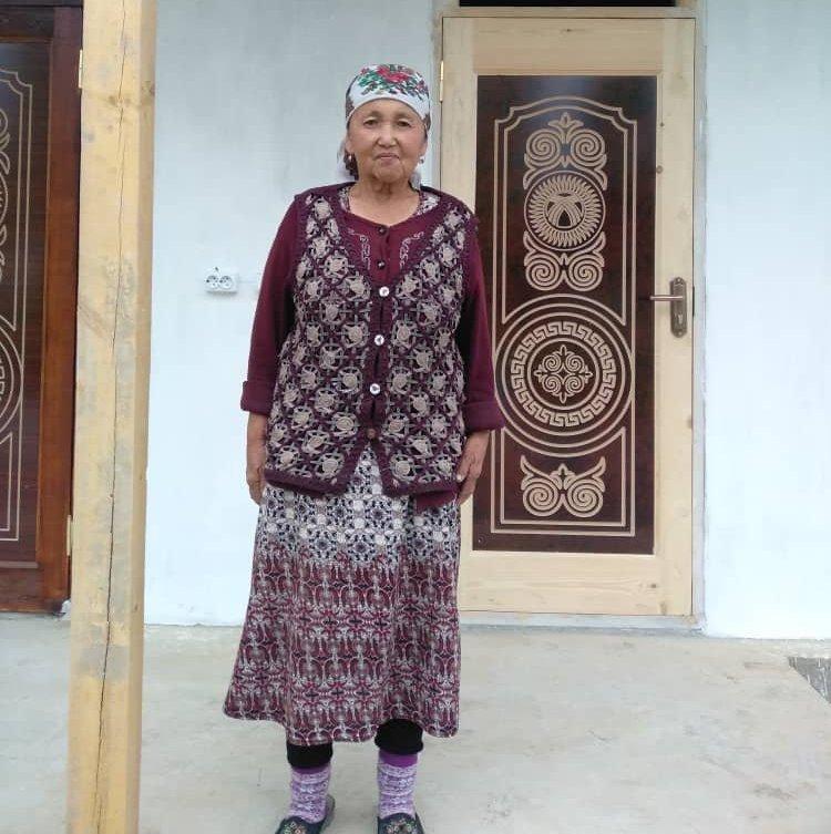 Пенсионерка Пазилат Акматалиева из села Кашка-Терек Узгенского района Ошской области, для который выпускники школы построили дом