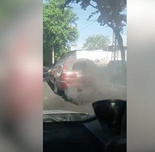 Клубы черного дыма — в центре Бишкека сняли на видео коптящий автомобиль