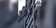 В России ребенок полчаса провисел на балконе на руках, его спасли — видео