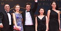 Режиссер Сергей Дворцевой (в центре) с дочерью Вероникой Дворцевой (слева) и актриса Самал Еслямова (вторая справа) на красной дорожке премьеры фильма Айка (Ayka) в рамках 71-го Каннского международного фестиваля.