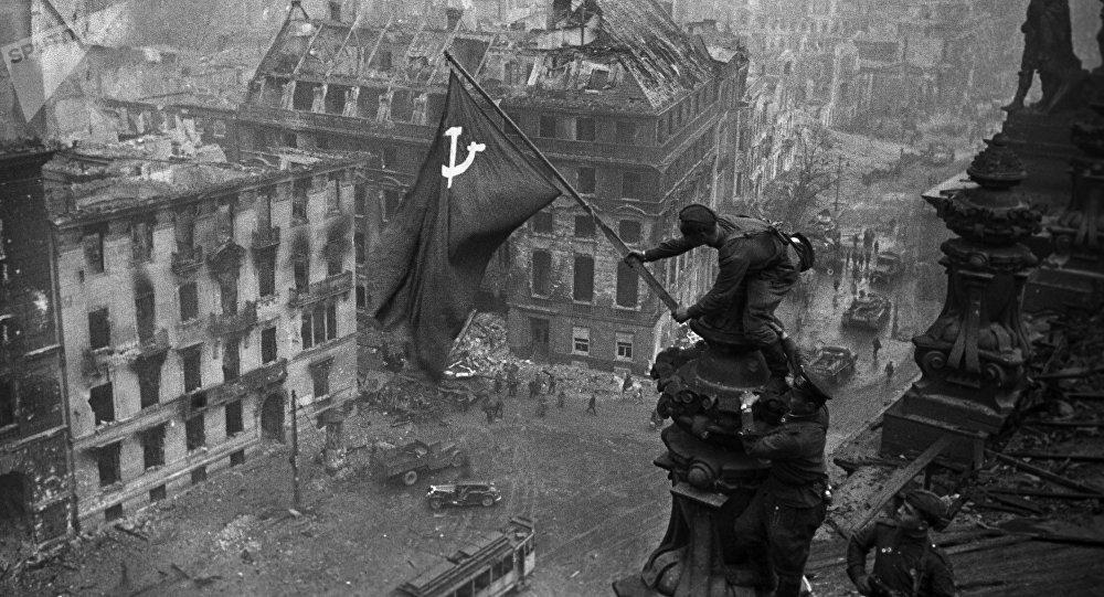 Рейхстагга орнотулган СССРдин желеги. Архив