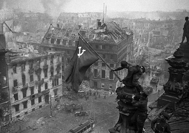 Знамя Победы на здании Рейхстага в Берлине. Архивное фото