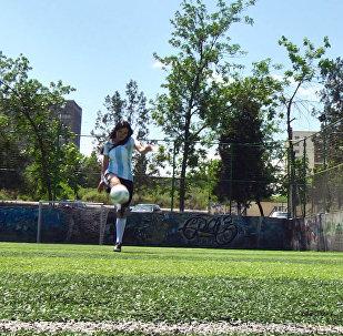 Футбол сулуусу Нарис жолдошу жана балдары менен топ тепти. Видео