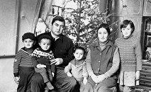 Саясатчы Бекмамат Осмонов үй-бүлөсү менен. Архивдик сүрөт
