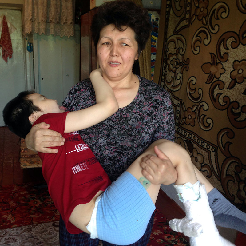 42-летняя мать-одиночка Жыпаркул Акматова, воспитывающая ребенка с ДЦП