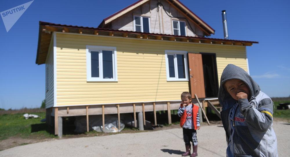 Москвадан алыс эмес жердеги кыргыз айылында жашаган мигранттар