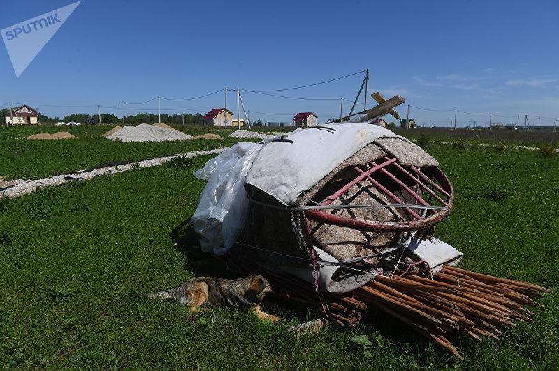 Несобранная юрта в Кыргызском поселке в Заокском районе Тульской области в Российской Федерации