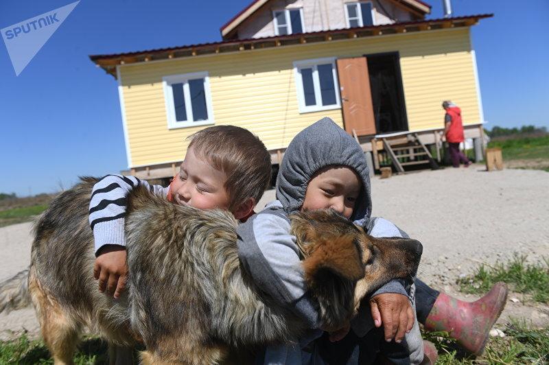 Дети в Кыргызском поселке в Заокском районе Тульской области в Российской Федерации